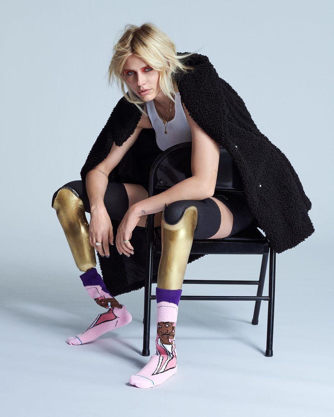 Lauren Wasser  with gold prosthetic legs